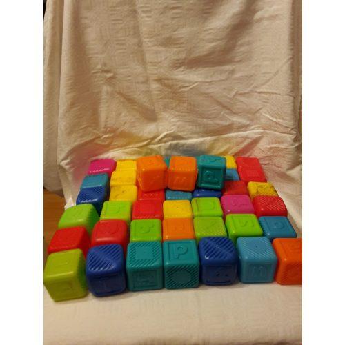 Műanyag kocka betűkkel és számokkal 46 db építőjáték