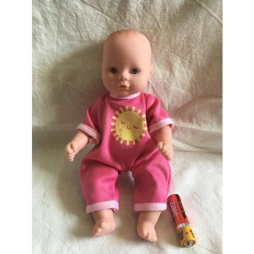 Rózsaszín ruhás kisméretű baba