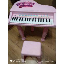 Hercegnős zongora lábakkal és kis székkel (75)