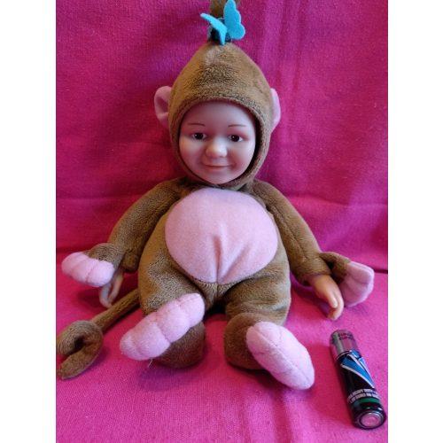 Puha testű Jake fiú baba jelmezben
