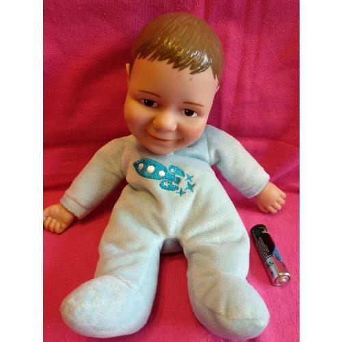 Puha testű Jake fiú baba pizsamában