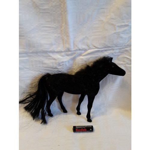 Fekete bársonyos ló
